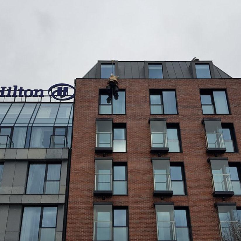 Mycie szyb i elewacji w Hilton Gdańsk